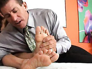 Governator Lee needs to have a heart to heart with his sexy Mexican maid and mistress, Alexandra. Or rather, a mouth to foot! His wife doesn't get his foot obsession, but that guy knows this guy has free reign over Alexandra's size 7s. Lee just likes engu