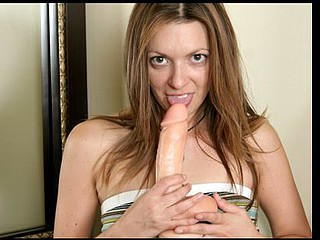 Anilos lacey copulates herself with a huge dong toy