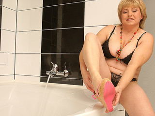 Very chubby whore is taking a seductive bath to her body